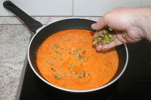 29 - Gewürzgurken-Würfel dazu geben / Add diced gherkins