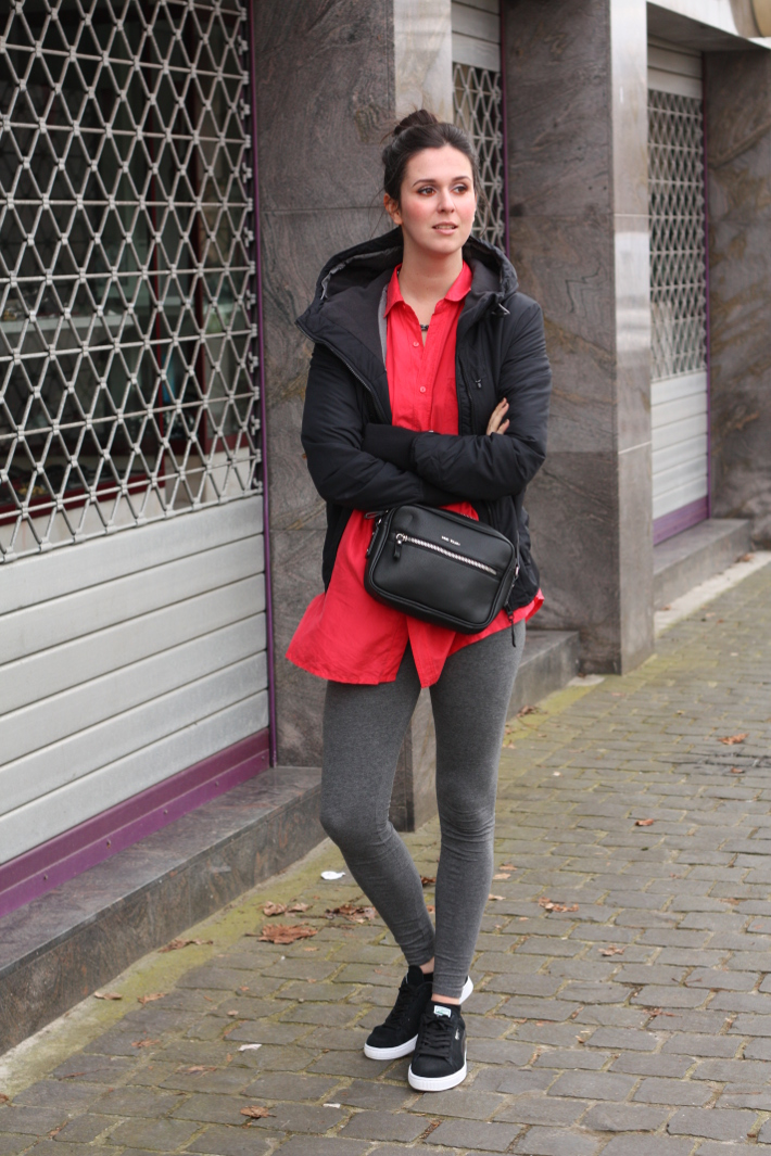 outfit: casual in leggings, silk shirt and pumas