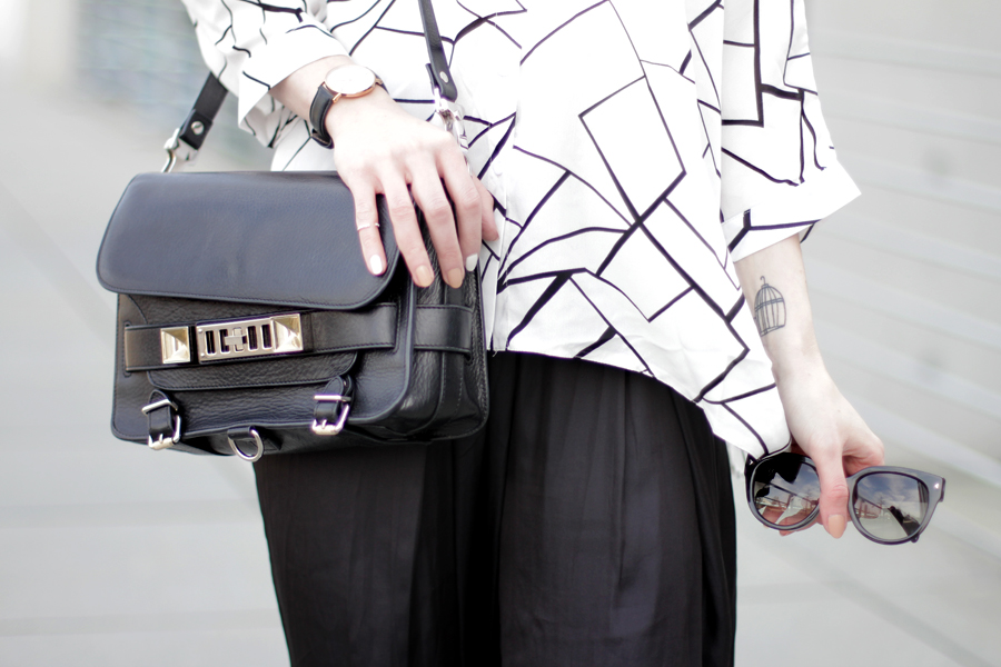 ax paris geometric blouse shirt black white pattern wide pants clean sporty scandinavian look fashionblogger germany ricarda schernus cats & dogs proenza schouler gant sneakers prada sunglasses 2