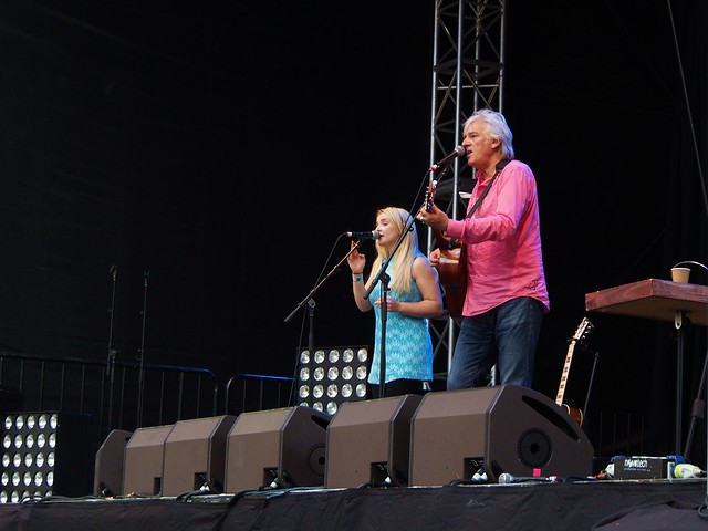 Emma Swift singing, Robyn Hitchcock playing guitar and singing