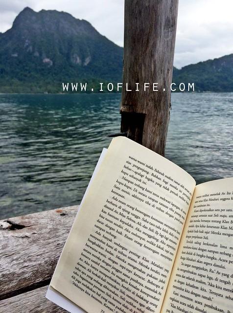 membaca buku di ora
