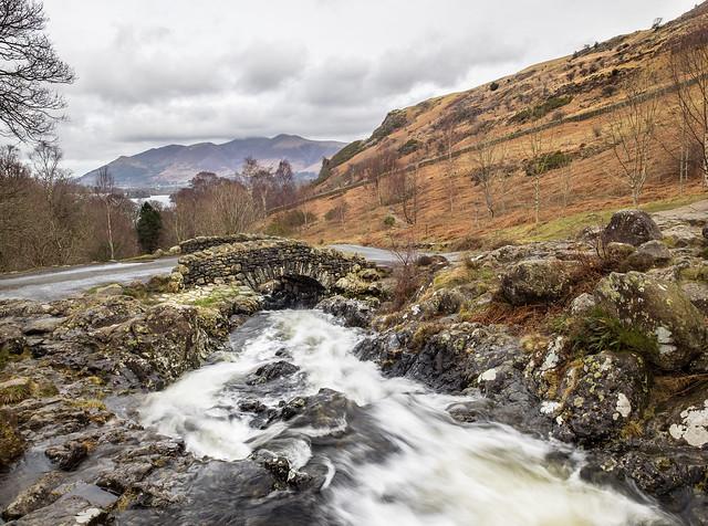 каменный мост через бурный ручей