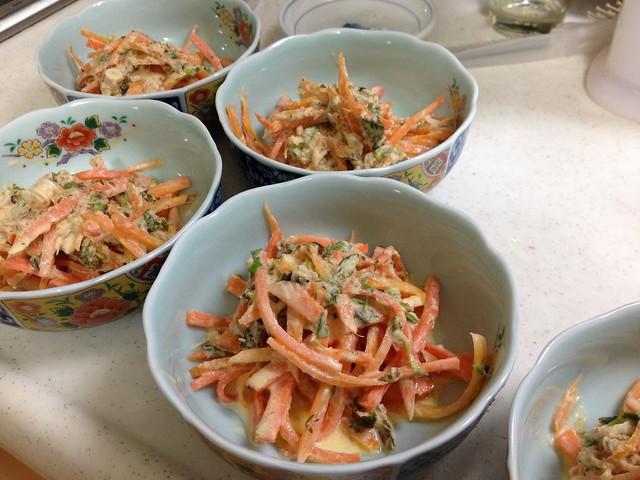人参とフキノトウ、鮭缶のサラダ