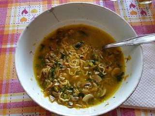 Noodles con spinaci cipolla carote funghi e curcuma #noodles #spinaci #funghi #curcuma #foodie