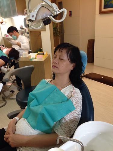 【矯正日誌】高雄牙齒矯正推薦,去給西河牙醫診所林書妡醫師裝戴蒙矯正器囉_媽媽是牙周病,未來要裝一整排的假牙