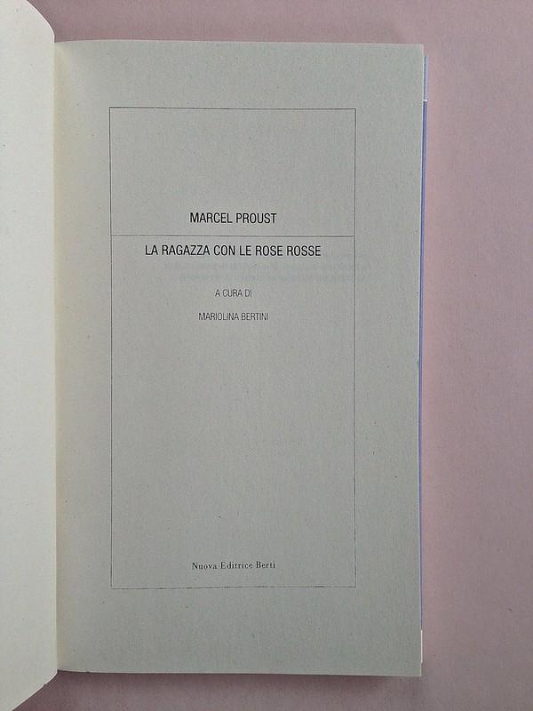 La ragazza con le rose rosse, di Marcel Proust. Nuova Editrice Berti 2014. [Responsabilità grafica non indicata]. Frontespizio, a pag. 5 (part.), 1