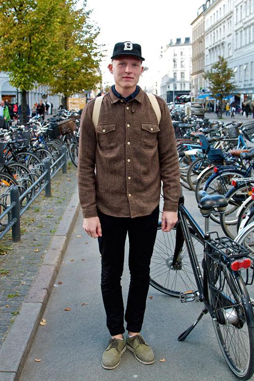 ブラウンワークシャツ×黒パンツ