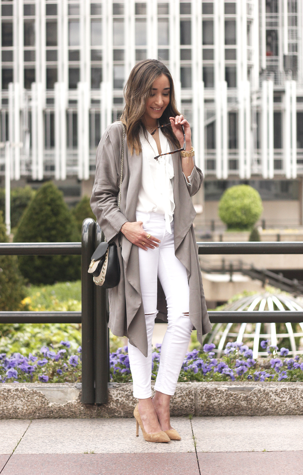 grey and white outfit trench spring streetstyle sunnies nude heels ripped jeans06