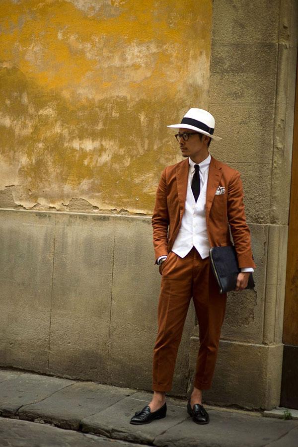 パナマ帽×ブラウンスーツ×白ジレ×白シャツ×黒ソリッドタイ×黒タッセルローファー