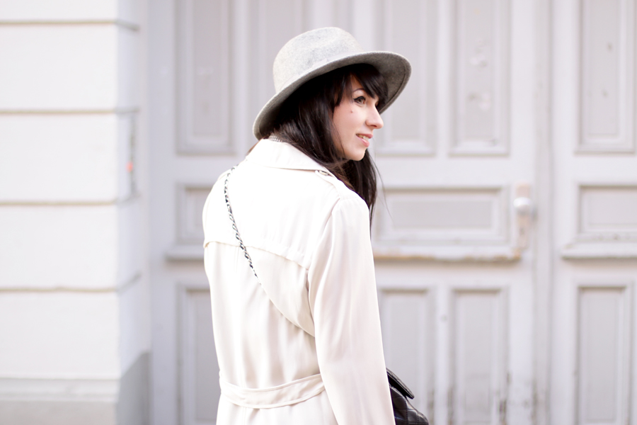 outfit grey hat trenchcoat white boots chanel bag parisian chic bright look ootd spring happy cute brunette ricarda schernus blog fashionblog modeblogger berlin 4
