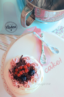 Mini pavlova with red currant cream