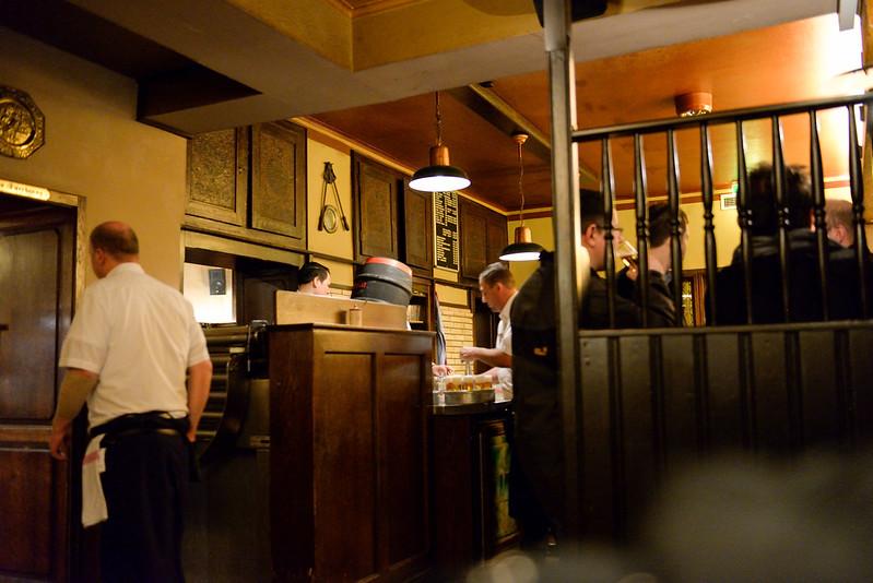 【餐廳內部】靠近入口處有站立喝酒區