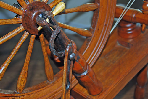 Rear axle and drive wheel for antique saxony spinning wheel