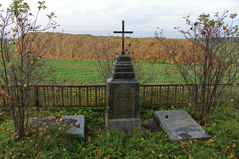 Семейное кладбище семьи Карповичей в имении Чомбров