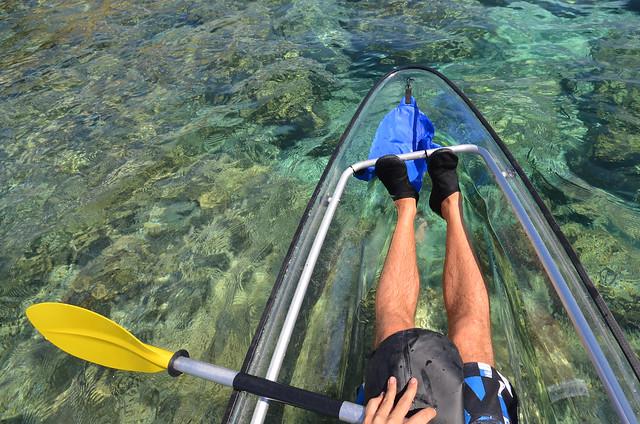 En kayak por una zona de arrecife