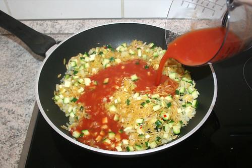 38 - Mit Tomatensaft ablöschen / Deglaze with tomato juice