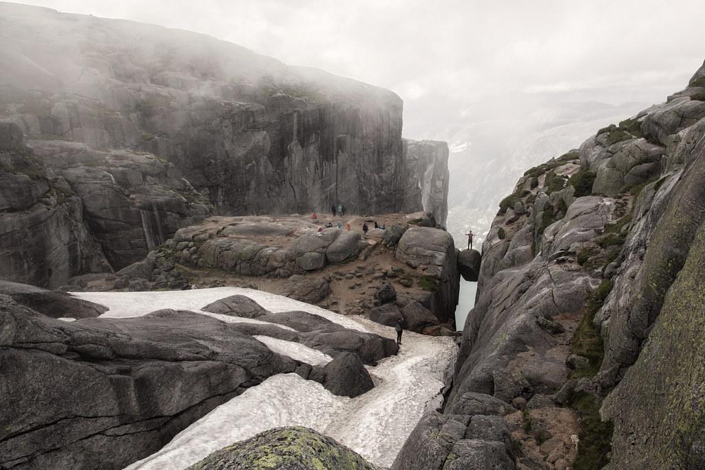 """Kjerag, Lysefjorden Højde over havets overflade:1.110 m Relativ højde:164 m  Kjerag er et bjergplateau på sydsiden af Lysefjorden, Ryfylke i Rogaland fylke i Norge. I den vestlige del af plateauet sidder Kjeragbolten, en 5 m³ stor sten, kilet fast i en kløft i fjeldet 1.000 m over Lysefjorden.  Stedet er et kendt turistmål i regionen. I 2006 havde Kjerag/Øygardstølen 27.375 besøgende. Turstien til Kjerag starter ved Øygardstølen – en restaurant 640 m over Lysebotn. Ved normal gang tager turen omkring to timer hver vej, af en kuperet og stejl vej, én vei. Fra 2008 er der tilbud om guiding ind til Kjerag i sommersæsonen.  Kjeragplateauet er et yndet udspringspunkt for BASE jumping. Flere stunts bliver også udført på eller ved plateauet. I august 2006 gik Christian Schau på slackline 1.000 meter over Lysefjorden. Da stuntet blev udført var det verdens højeste slackline.   I Kjeragfjeldet kan det på et bestemt sted i nærheden af toppen høres skudlignende smeld, samtidig med at en røg står ud fra bjergvæggen – det såkalte Kjeragsmellet. Efter hvad ældre folk fortæller, viser dette naturfænomen sig særlig i østenvind når vinden har en bestemt styrke. Hvad det kommer af er usikkert, men bygdefolk har fra tidligere tider ment at det er vand som bliver presset ud fraå fjeldvæggen. En opmålingsingeniør oplevede fænomenet i 1855. Han fortalte: """"Jeg hørte først enkelte skrald som efterhånden blev hyppigere og stærkere, derpå hørte jeg en overordentlig bragen og så en lysstråle fare i horisontal retning ud fra klippen indtil omtrent midten af fjorden hvor den opløste sig og forsvandt. Strålen var hvid og stærk. Først var den smal, og så blev den bredere, så smallere igen og derefter bred på ny til den opløste sig. Kilde: da.wikipedia.org/wiki/Kjerag"""