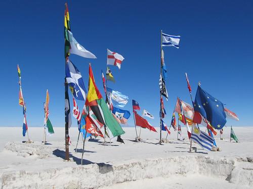 Le Salar d'Uyuni: pourquoi tous ces drapeaux ici? Car le Dakar est passé par là.