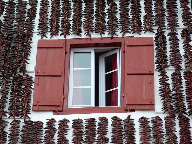 Ventana de Espelette (Ezpeleta, País Vasco francés) cubierta de ristras de pimientos