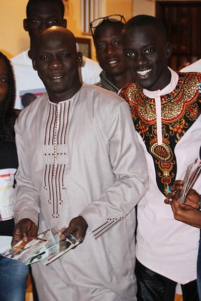 Bambaly en compagnie de son père Kéba avec ses CD achetés-BorderMaker
