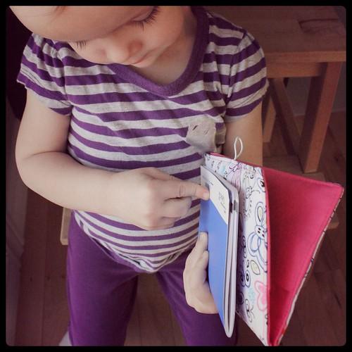 création sewing is fun - protège carnet de vaccination bébé fille