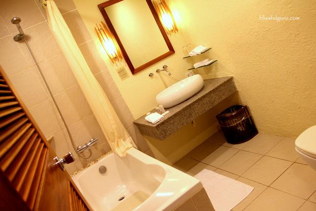 Maribago Bluewater Beach Resort Cebu Toilet and Bath
