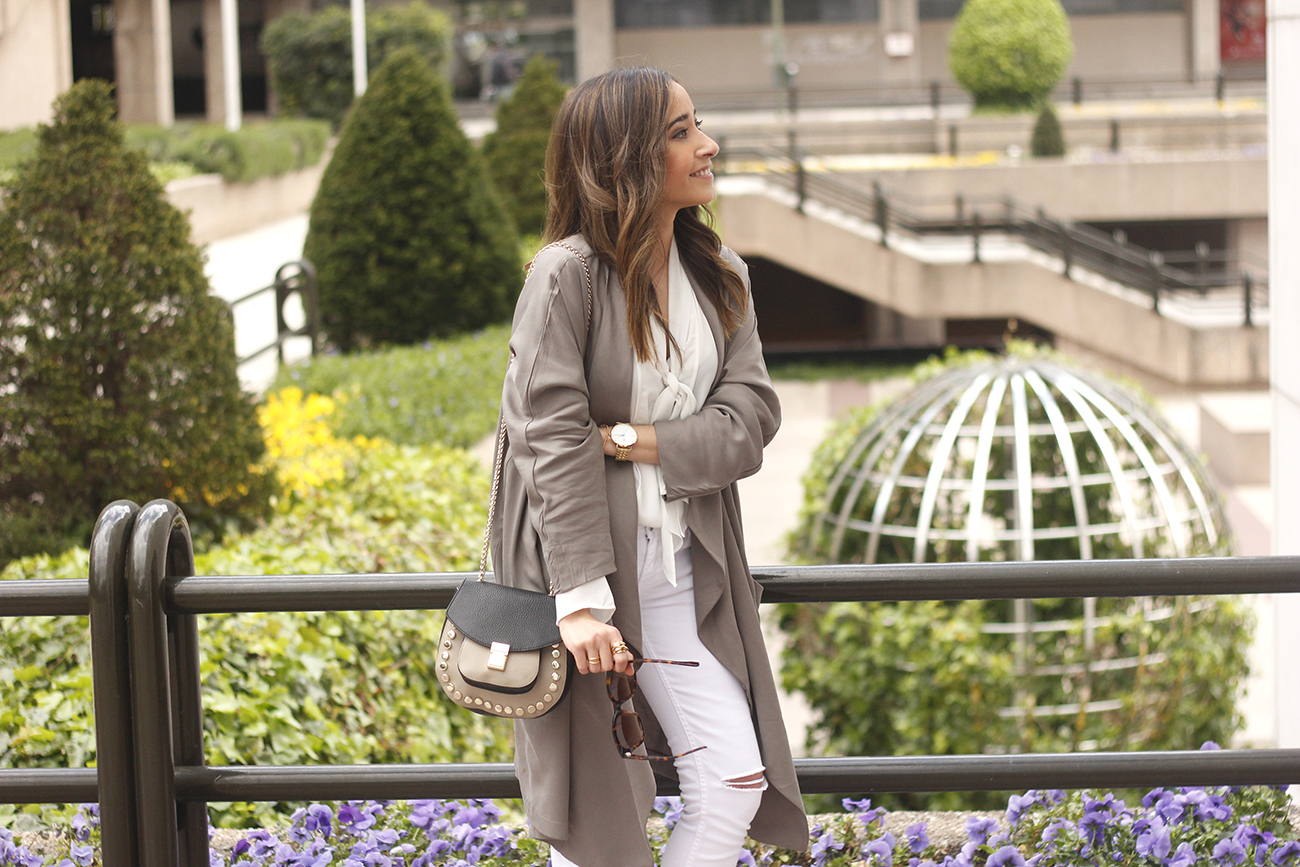 grey and white outfit trench spring streetstyle sunnies nude heels ripped jeans11