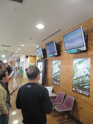 函館競馬場の指定席コンコースにある他場画面