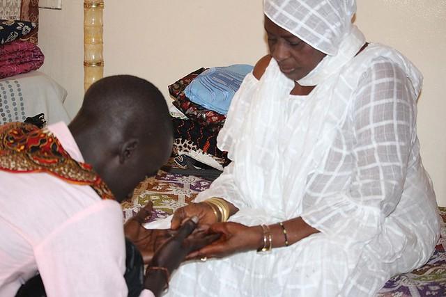 Bambaly recevant les prières de sa grand mère-BorderMaker