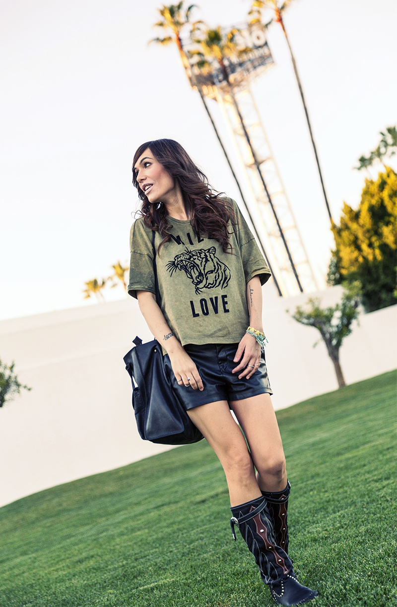 street style barbara crespo leather in sevilla hakei tshirt wild love hector boots fashion blogger outfit blog de moda