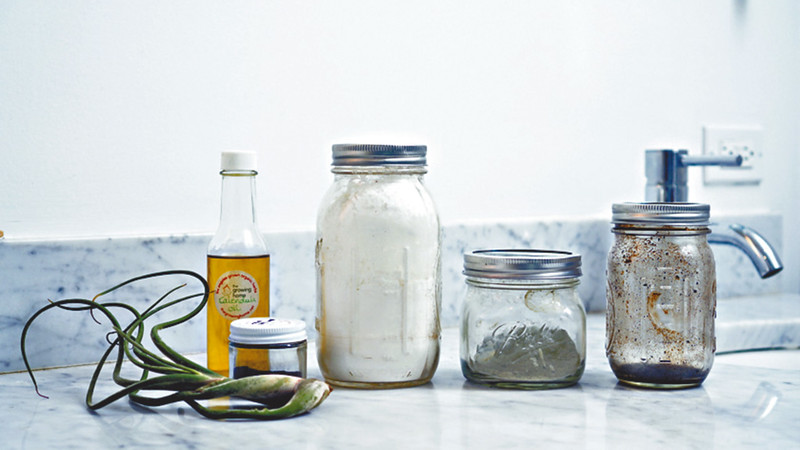 浴室裏寥寥無幾的護膚品,包括芥花籽油作面部精華油,有抗氧化功效;生粉作為懶惰時免過水洗髮;法國海泥粉作面膜,能深層清潔和活化肌膚;非洲黑皂可作面膜和卸裝之用,有防皺功效。圖片來源:果籽