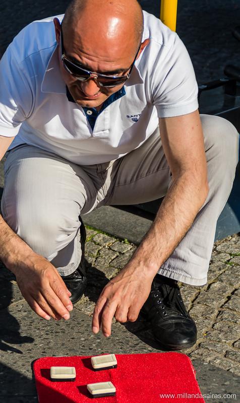 El amigo trilero intentando jugársela a los turistas en Checkpoint Charlie