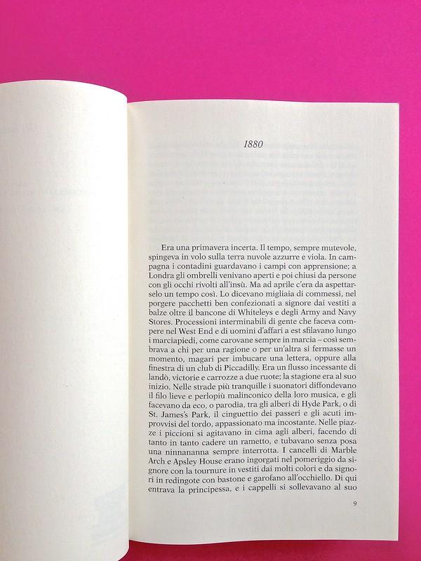 Gli anni, di Virginia Woolf. Feltrinelli 2015. Art dir.: Cristiano Guerri; alla cop.: ill. col. di Carlotta Cogliati. Indicazione del titolo del capitolo, in capo al testo, centrato, incipit, a p. 6 (part.), 1