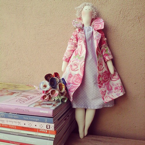 Tilda com casaco... #amopatch #amocosturar #amomuitotudoisso #tilda #ilovetecidos ilovetilda #tonefinnangerdesigns #tonefinnanger #costurinhas #feitopormim #linhaeagula #love #life #cute #tecidos #country #bonecadepano #bonecacountry
