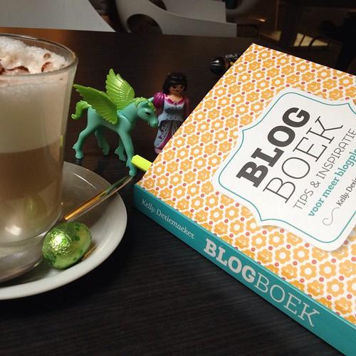 Een boek, een koffie en een paard met vleugels zijn mijn gezelschap wanneer de kindjes sporten