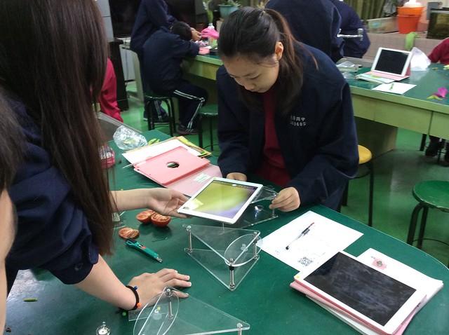 學生用iPad觀察花和果實11