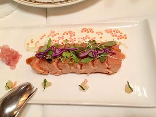 Tataki de salmón con ensalada de verduras curtidas