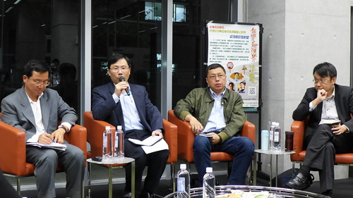 新任能源局長林全能(左二)與產業界、NGO面對面,暢談能源政策。攝影:陳文姿。