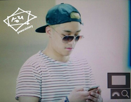 Big Bang - Incheon Airport - 29may2015 - Seung Ri - Power Victory - 01
