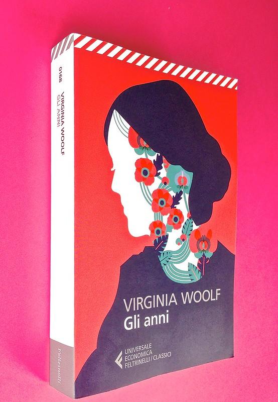 Gli anni, di Virginia Woolf. Feltrinelli 2015. Art dir.: Cristiano Guerri; alla cop.: ill. col. di Carlotta Cogliati. Dorso, copertina (part.), 1