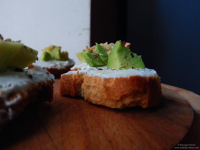 crostini cu avocado si branza de capra