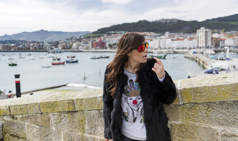 street style barbara crespo castro urdiales santander cantabria village dear tee sweatshirt adidas sea port church fashion blogger outfit hake blog de moda