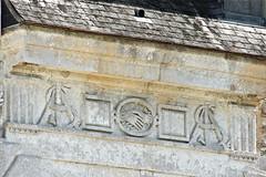 Symboles sur la façade du château d'Acquigny