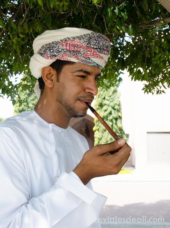 Omaní fumando su pipa