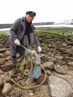 淨灘帶給參與者的是親臨環境現場的衝擊感,看到了海岸上的垃圾與自己的生活習慣連結,進而引發改變行為;攝影:詹嘉紋。