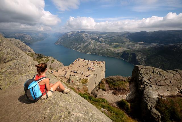 Divisando el maravilloso Preikestolen y el fiordo Lysefjord desde el mejor mirador en la parte superior de la zona