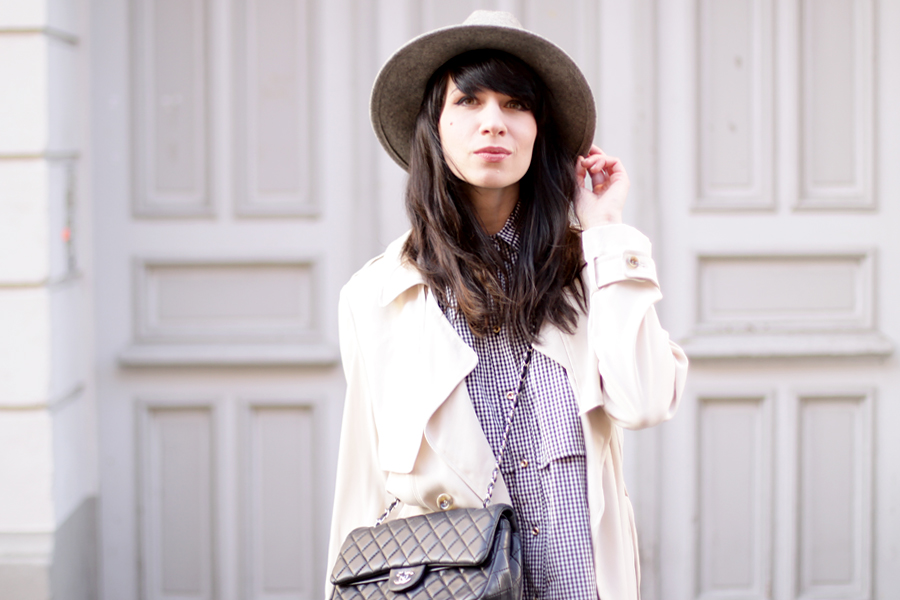 outfit grey hat trenchcoat white boots chanel bag parisian chic bright look ootd spring happy cute brunette ricarda schernus blog fashionblog modeblogger berlin 6