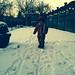 Maurice verkent de sneeuw in zijn tuin