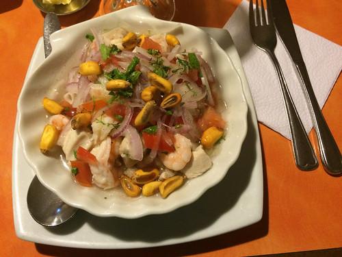 Cuenca: Miss C a enfin sa ceviche ! ;) Ici, on peut y ajouter de gros grains de maïs grillés