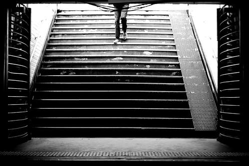 blackandwhite subway legs noiretblanc métro escalier streetview jambes strairs photoderue paris14 urbanarte photopascalcolin